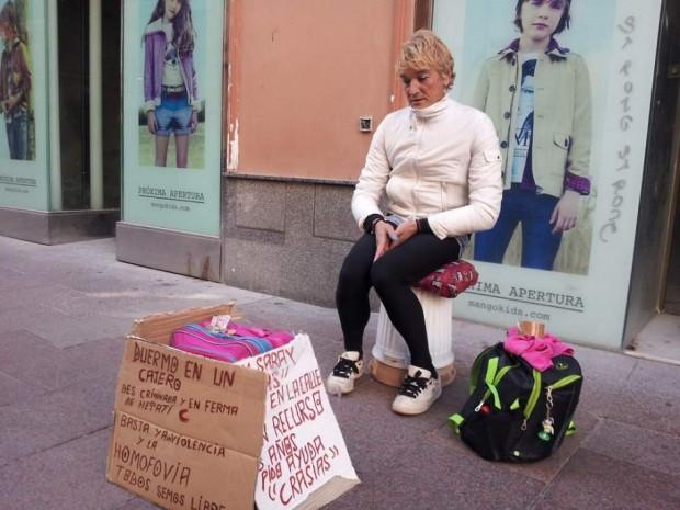 Saray pidiendo en la calle