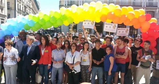 De izquierda a derecha, Puri Causapié (de blanco), Antonio Carmona, Carla Antonelli y en el centro, ambas de blanco, Inés Sabanés y Bea de Hoyo, en el acto del Día Contra la LGTBfobia en Madrid.