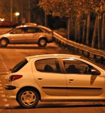 Dos hombres tienen sexo en un coche. Foto de 20minutos.es
