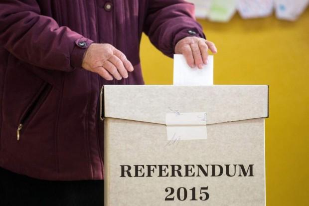 Una mujer deposita su voto en el referéndum sobre la prohibición del matrimonio y la adopción para parejas del mismo sexo en Eslovaquia (EFE)