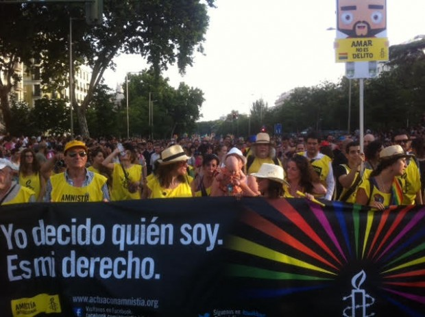 Pancarta de Amnistía Internacional en el Marcha del Orgullo 2015