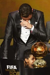 Cristiano Ronaldo con su hijo y el Balón de Oro