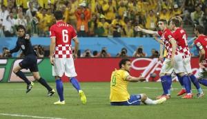 Árbitro pitando penalti a Brasil