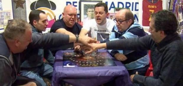 El periodista Tomás Roncero y varios peñistas del Madrid realizando la ouija