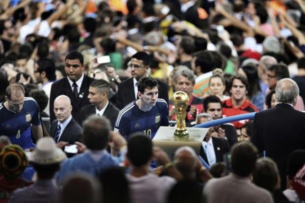 Messi mirando la Copa del Mundo
