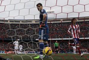 Casillas recibe un gol ante el Atlético (GTRES).