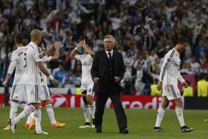 Ancelotti junto a varios jugadores