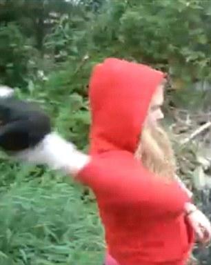 (Denuncia Cruel) Lanzando cachorros al río como si fueran piedras. Loca_306x384
