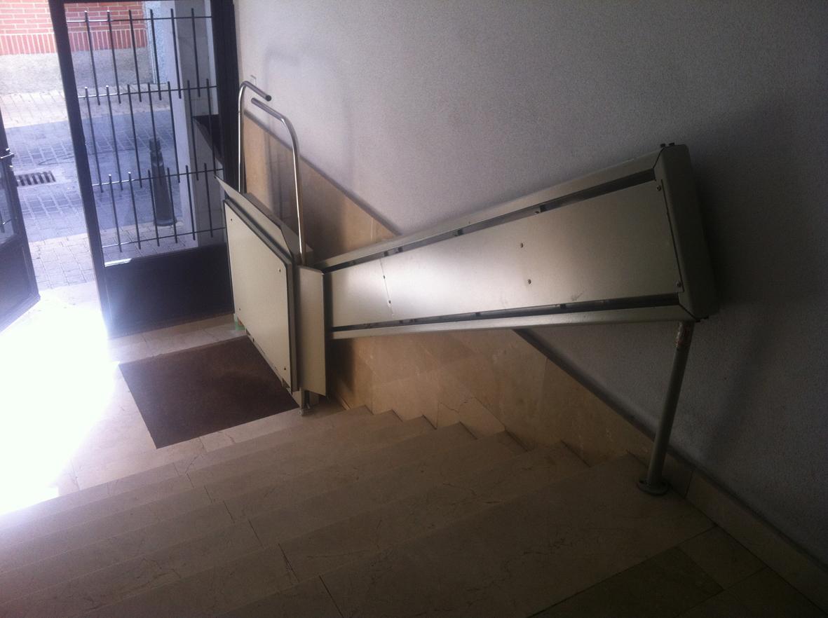 Plataforma salva escaleras en portal de mi casa