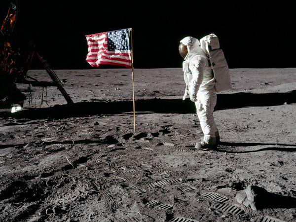 La conspiracion mas grande del siglo XX, viaje a la Luna -http://blogs.20minutos.es/becario/files/2010/10/blog-banderaluna.jpg