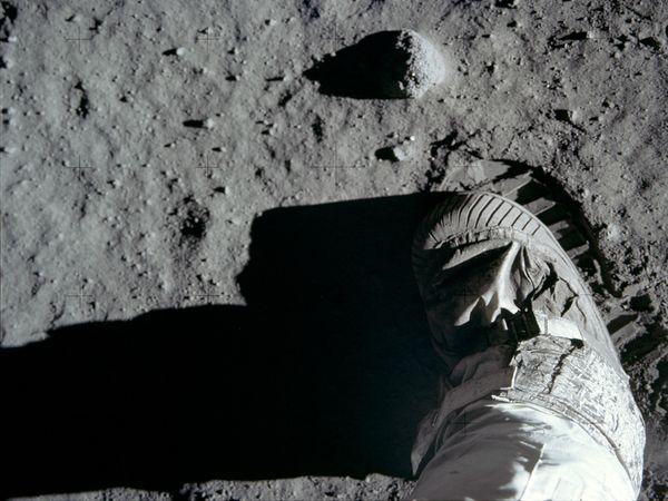 La conspiracion mas grande del siglo XX, viaje a la Luna -http://blogs.20minutos.es/becario/files/2010/10/blog-huellasclaras.jpg
