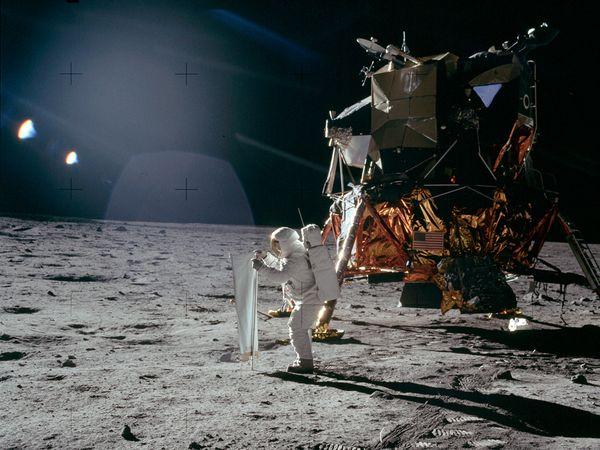 La conspiracion mas grande del siglo XX, viaje a la Luna -http://blogs.20minutos.es/becario/files/2010/10/blog-lucesextra%C3%B1as.jpg