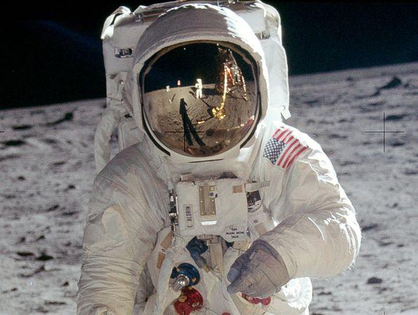 La conspiracion mas grande del siglo XX, viaje a la Luna -http://blogs.20minutos.es/becario/files/2010/10/blog-quienhizolasfotos.jpg