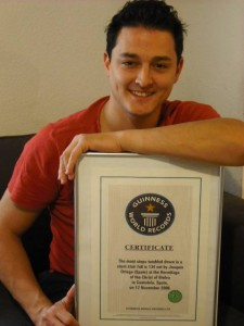 Joaquín Ortega, con su  certificado Guiness.
