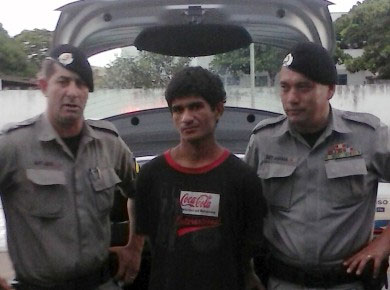 El ladrón, junto a los policías que lo detuvieron. Fuente: Folha de Jaraguá.