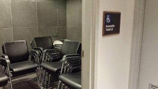 Un servicio ocupado por sillas.