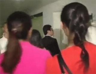 Dos de sus novias en el pasillo del hospital.