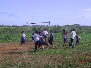 Fútbol en la escuela de Villa Primavera. Foto: Nancy Rojas, AeA Paraguay
