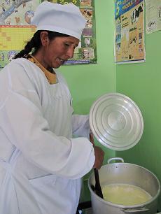 Maxima Mercado elabora queso en el AD Viacha, Bolivia. Foto: Katherine Argote, AeA
