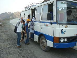 Los niños y niñas suben al autobús. Foto: Zulma Pérez