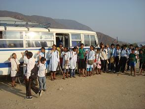 101 niños y niñas van al colegio en este bus. Foto: Zulma Pérez