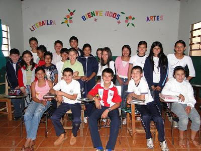 Alex y sus compañeros/as de colegio en la Comunidad de Fortuna Guasu Foto: Osvaldo Méndez