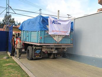Entrega de material por parte de Ayuda en Acción. Foto: Katherine Argote/AeA