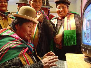 comunaria de la zona en telecentro educativo. Foto: Ayuda en Acción Bolivia