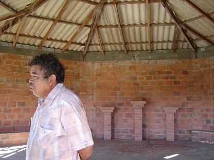 El profe de la comunidad nos mostraba la Casa de Cultura que nadie usa. Foto: Mari Luz Peinado y Eugenia Redondo