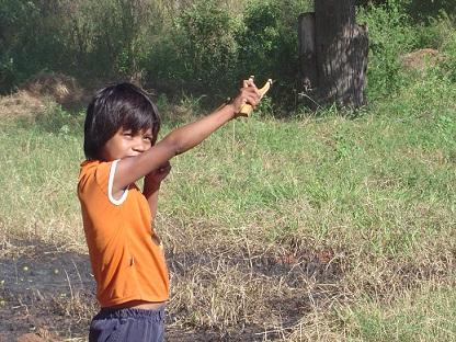 Niño cazando almuerzo. Foto: Mari Luz Peinado y Eugenia Redondo
