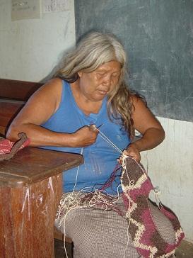 Una ayorea teje mientras visitábamos la escuela. Mari Luz Peinado y Eugenia Redondo