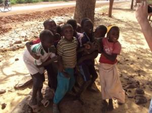 Los niños fotografiados a medio camino (© Tareck Daher).