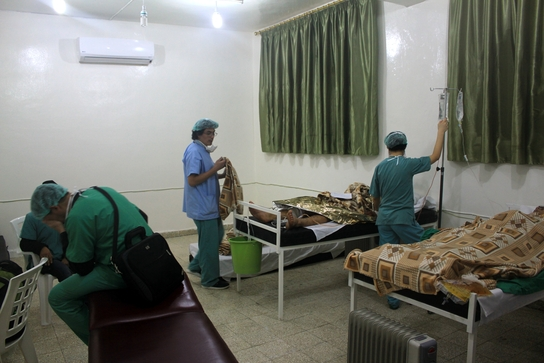 Atención a los heridos  del bombardeo de Azaz en el hospital de MSF, el 13 de enero (© MSF).