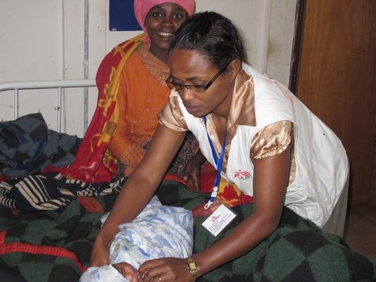 Una madre feliz y su hijo, atendido por personal de MSF en Aroressa (© (F. Schwieker-Miyandazi)