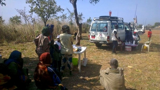 Clínica móvil deMSF atendiendo a desplazados de Ndélé, RCA (© Sylvain Groulx).