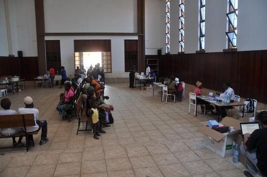Equipos de MSF pasan consulta en la capilla del Hospital Carmelo de Chokwe (© MSF).