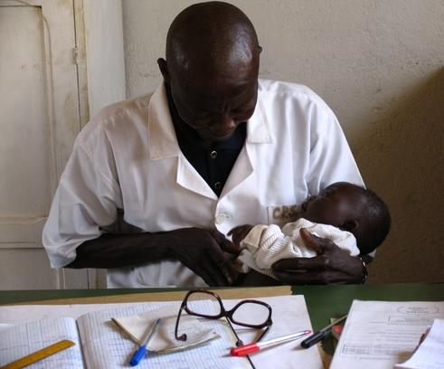 Atención médica en el puesto de salud de Gbadéné, respaldado por MSF (© Cecilia Furió/MSF).