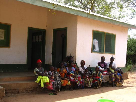 Pacientes haciendo cola a las puertas del puesto de salud de Gbadéné, respaldado por MSF (© Cecilia Furió/MSF).