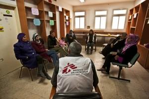 Sesión de salud mental con palestinos afectados por la violencia en el proyecto de MSF en Hebrón. Cisjordania (© Juan Carlos Tomasi).