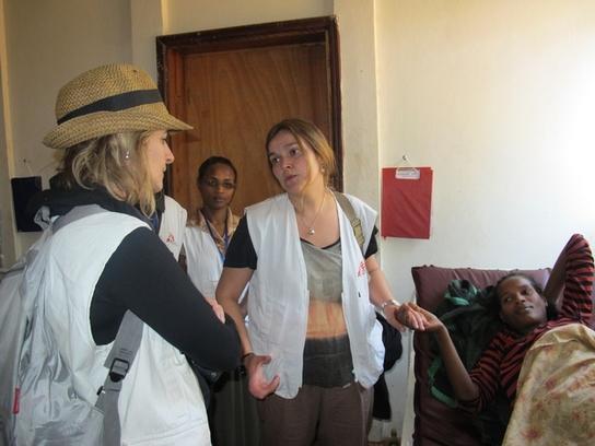 Eva Domínguez con una de las pacientes embarazadas en el proyecto de MSF en Aroressa (© Faith Schwieker-Miyandazi/MSF).