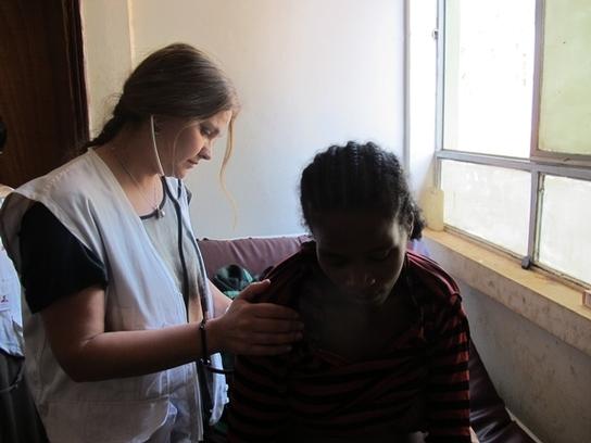 Eva Domínguez ausculta a una paciente en el centro de salud de MSF (© Faith Schwieker-Miyandazi / MSF)