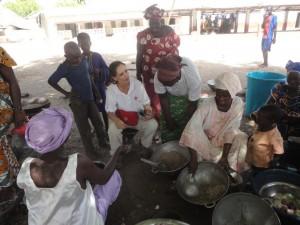 Mujeres preparando la comilona de una boda