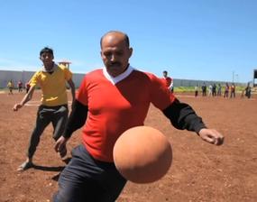 Partido de fútbol en el campo de desplazados del norte de Siria (© Anna Surinyach)