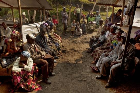 Equipos de MSF prestan asistencia a desplazados en Kalonge, Kivu Sur, en julio de 2012 (© Juan Carlos Tomasi).
