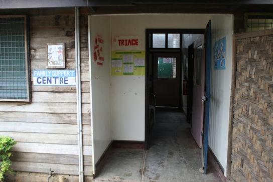 Entrada al Centro de Apoyo Familiar de MSF en Tari (© MSF).