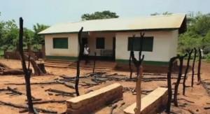 Centro de salud incendiado y saqueado durante los disturbios que siguieron al cambio de gobierno (© MSF).