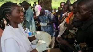 Pruebas rápidas de malaria durante una clínica móvil de MSF. El hombre de la imagen es diagnosticado y enviado a la farmacia del centro de salud (© MSF).