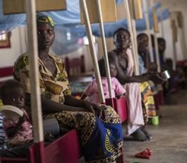 Mujeres con sus hijos ingresados en un hospital de MSF en RCA (© Corentin Fohlen).