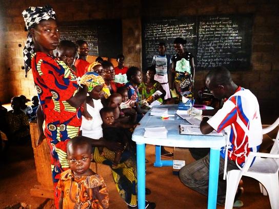 Mujeres con sus niños esperando consulta con MSF (© Emilio Cuadrado).