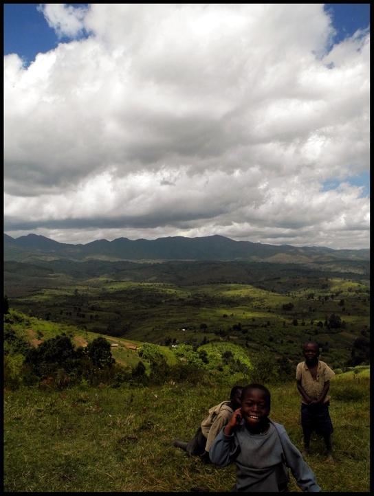 Niños que salen de la nada en Kalonge, RDCongo (© Jana Brandt).